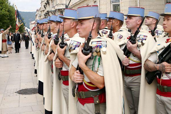 Les membres du 1er régiment des Spahis se distinguent par le port du burnous, une longue cape, et de la chechia, une coiffe en laine, en hommage au prestigieux régiment de marche de Spahis marocains.