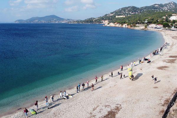 Samedi, les pratiquants d'activités nautiques ont créé une chaîne humaine à l'Almanarre.