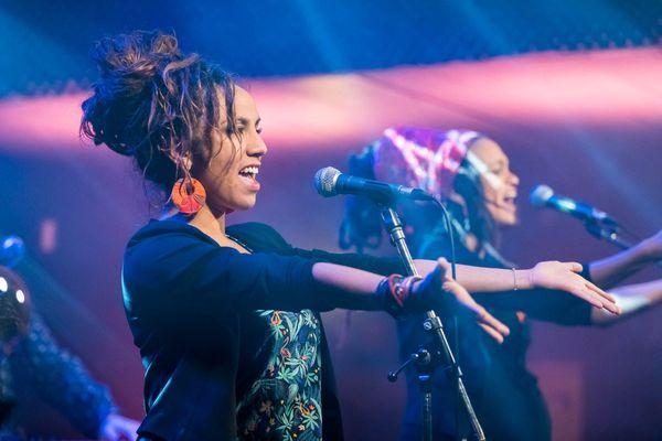 Adeline et Marie-Lou sont les deux chanteuses du groupe Mystically.