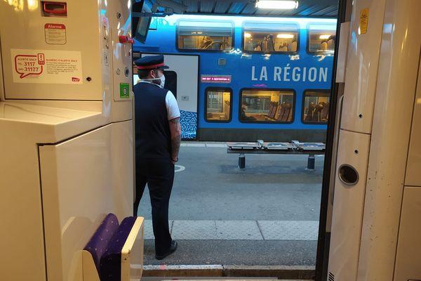 Le TER Grenoble-Lyon dessert les gares de Voiron, La Tour du Pin, Bourgoin-Jallieu et La Verpillière.