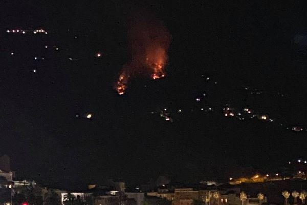 Un incendie s'est déclaré samedi 11 septembre à la frontière franco-italienne. Des flammes étaient visible depuis les côtes françaises.