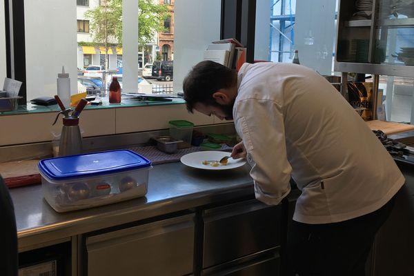 Matthias Spurk, désigné meilleur pâtissier d'Allemagne l'an dernier, est aux commandes des desserts du restaurant 3 étoiles Gasthaus Erfort de Sarrebruck en Allemagne.