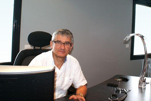 Michel Cadet, médecin généraliste,  diagnostique chaque jour dans son cabinet de Périgueux, un ou deux cas de coronavirus
