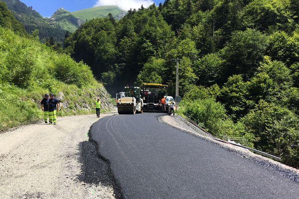L'enrobé de la route a été posé lundi dans la journée. La circulation a ensuite été rétablie sur cet axe.