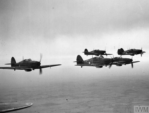 Les Hurricane du 56 Squadron en formation en avril 1940.