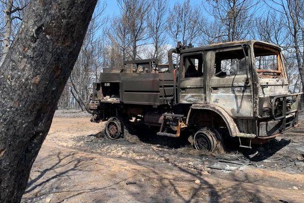Conques-sur-Orbiel (Aude) : un camion de la caserne des pompiers de Salsigne détruit par l'incendie, l'équipage indemne - 5 septembre 2019.