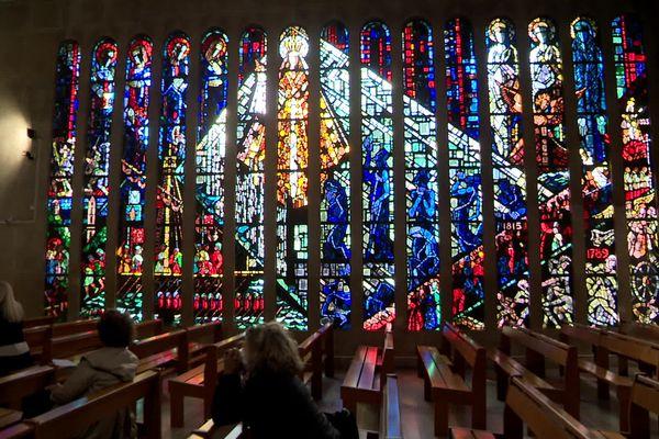 Le vitrail sud, composé de quinzelancettesde cinq mètres de hauteur, est entièrement dédié à laViergeet à l'histoire d'Hyères.