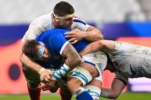 Baptiste Pesenti en attaque face à l'Italien Niccolo Cannone durant la Coupe des Nations, en novembre 2020