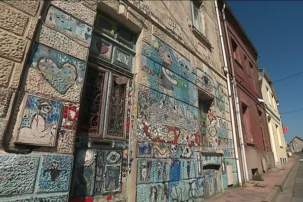 Depuis 20 ans, Caroline Dahyot dessine et peint sur les murs intérieurs et extérieurs de sa maison de Ault en baie de Somme.