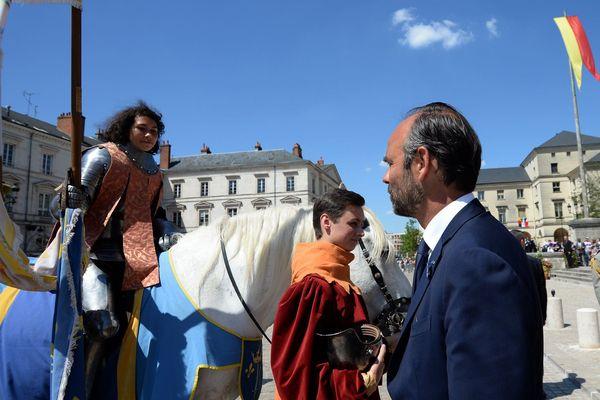 Le Premier ministre, invité d'honneur des fêtes johanniques 2018, salue Mathilde Edey Gamassou, incarnation de la pucelle cette année.