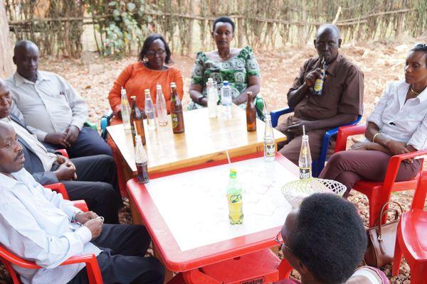 Alain et Dafroza Gauthier se rendent souvent au Rwanda rencontrer les victimes du génocide. Ici, ils sont en réunion avec des rescapés de Kabarondo.