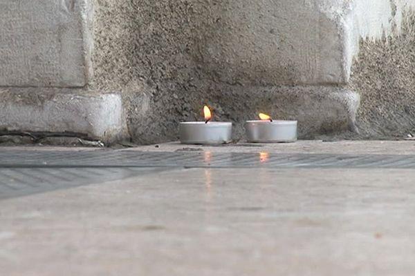 Deux petites bougies, ce lundi matin, sur le lieu du meurtre