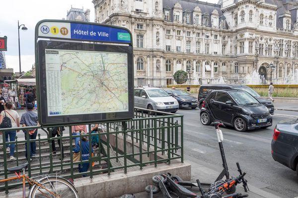 Le stationnement des trottinettes sur les trottoirs, les aires piétonnes et la chaussée est désormais considéré comme « gênant » dans la capitale.