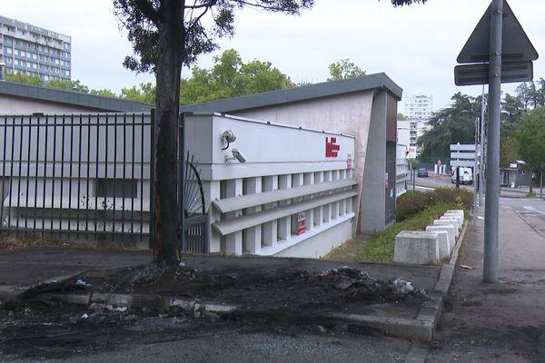 A Bron, les traces des incendies de voitures et de poubelles étaient encore visible, dimanche 20 septembre, au lendemain des heurts qui ont suivi un mariage qui a dégénéré.