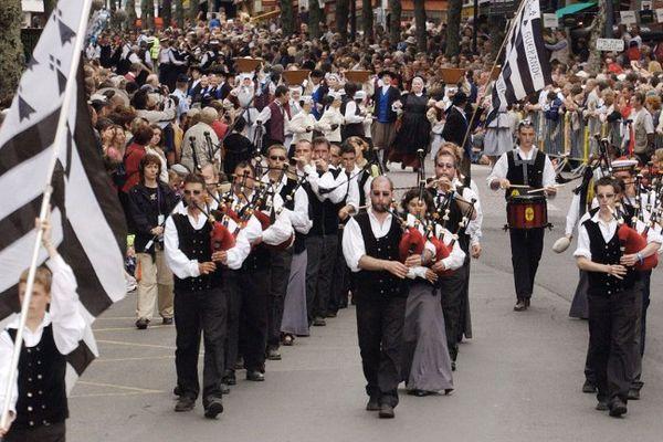 "Le ""Bagad Sonerien Bro Dreger"" de Perros Guirec, lors de la Grande Parade du festival interceltique de Lorient - 07 août 2005"