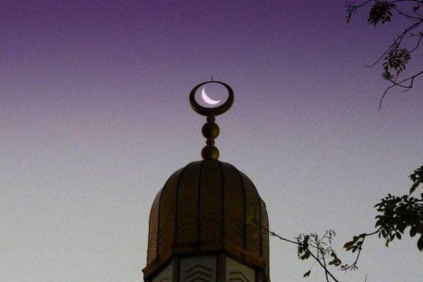 Le début du ramadan est déterminé par l'observation visuelle du premier croissant (Al Hilal), le soir de la dernière nuit du mois de Châabane, dans ce cas le mois de Châabane est de 29 jours. Dans l'autre cas où la lune est cachée par les nuages, le mois de Châabane compte en tout 30 jours.