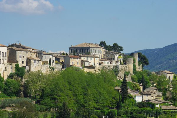 Le village de Ménerbes, sur son éperon rocheux