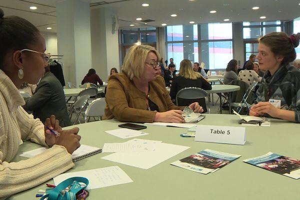 Autour de la table : élues et jeunes issues du service civique. Ensembles, elles réfléchissent à la concrétisation de projets.