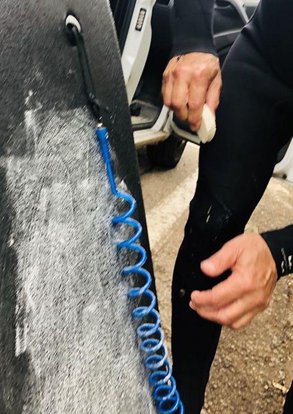 Malgré les restrictions liées au déconfinement, quand il y a des vagues à la Seyne-sur-Mer, un peu de wax sur la planche et c'est parti !