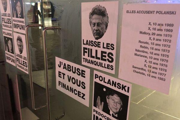Les affiches placardées la nuit dernière sur les portes d'un cinéma bruxellois.