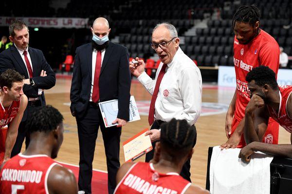 Erman Kunter, le coach de Cholet Basket, lors d'un brief avec les joueurs lors du match contre Bourg-en-Bresse, le 20 avril 2021