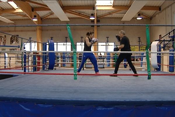 Pour préparer les championnats du monde WBA super-légers, la Clermontoise Farida El Hadrati se prépare avec 2 entraînements quotidiens.