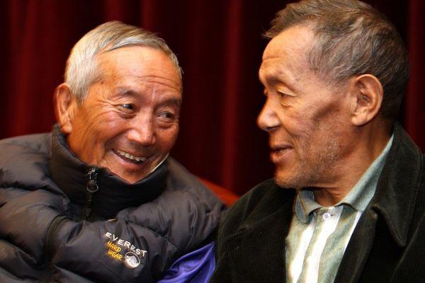 Ang Rita Sherpa(à droite) en compagnie de l'alpiniste népalais Min Bahadur Sherchan, 78 ans, lors d'une conférence sur le changement climatique, à Katmandou,le 29 novembre 2008
