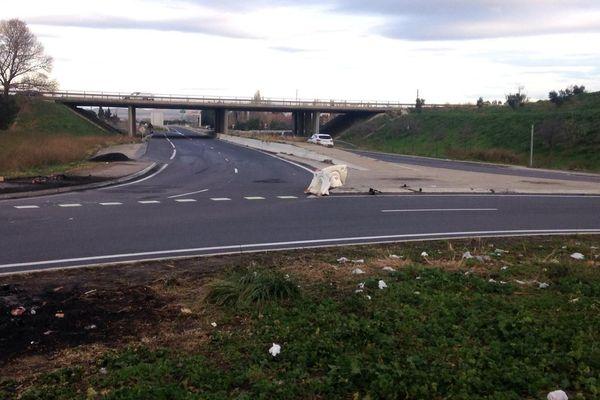 L'accident s'est produit vers 23h45 vendredi, sur un rond point de la D900, qui mène au péage sud de l'autoroute A9, à Perpignan, où stationnaient plusieurs camions, immobilisés à cause d'un barrage des Gilets jaunes.