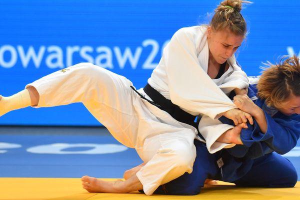 Margaux Pinot (en bleu) contre la polonaise Karolina Talach pendant la finale des championnats d'Eurpope de judo par équipes à Varsovie.