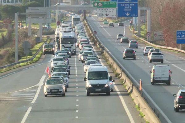 Une centaine de salariés a participé à l'opération de ralentissement du trafic sur l'autoroute puis sur la rocade de Montauban.