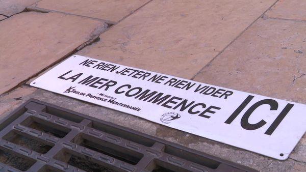 Des affiches apposées au sol, devant les bouches d'égouts dans les rues toulonnaises