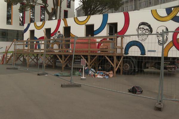 Les élèves du lycée professionnel Joseph Wresinski d'Angers recyclent un container frigorifique pour qu'il puisse accueillir des sans-abris.