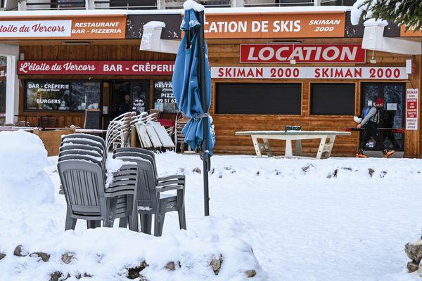 Des loueurs de skis fermés le 5 janvier 2021 à Villard-de-Lans (Isère) après la décision du gouvernement de maintenir fermées les remontées mécaniques en station.