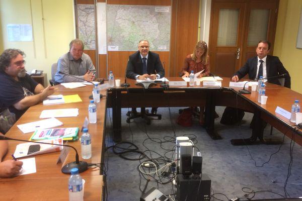 La réunion entre les représentants des GM&S et trois députés En Marche à la préfecture de Guéret.