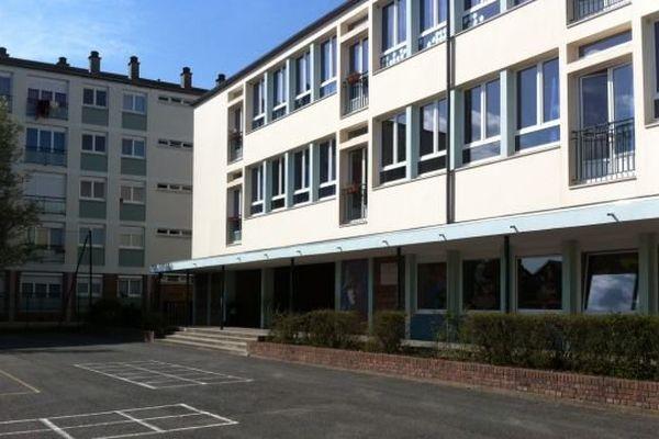 Plusieurs coups de feu ont été tirés ce vendredi 10 avril en début d'après-midi à Lisieux depuis une des fenêtres de l'immeuble qui donne sur la cour de l'école Jean Moulin dans le quartier d'Hauteville.