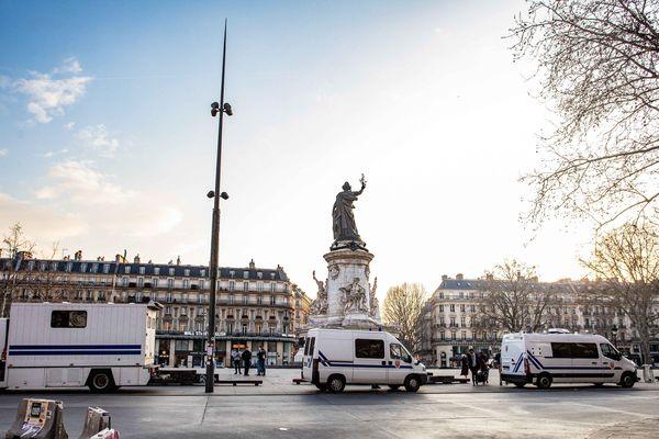 Des membres des forces de l'ordre postés sur la place de la République, mardi à Paris.