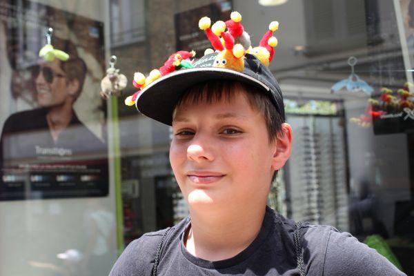 Noé, 11 ans, arpente les allées du Flip avec sa casquette couverte de woopies