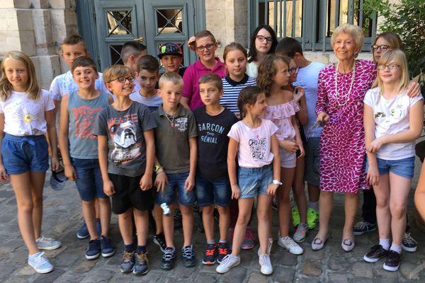 Les élèves de CM1 et CM2 de Jeandelaincourt dans la cour de l'Institut de France avec Hélène Carrère d'Encausse secrétaire perpétuelle de l'Académie Française