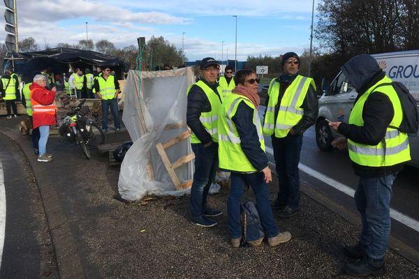 """Des """"gilets jaunes"""" au barrage du péage de Dijon Crimolois sur l'autoroute A39 en Côte-d'Or samedi 24 novembre 2018"""