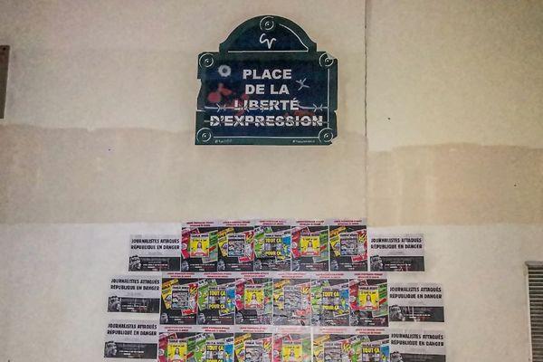 Les affiches représentent le moyen d'alerter les passants dans la rue.