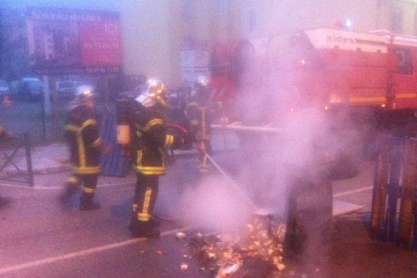 03/12/14 - Sur le cours Paoli à Corte (Haute-Corse), les pompiers interviennent pour éteindre des feux de pneus allumés par les manifestants