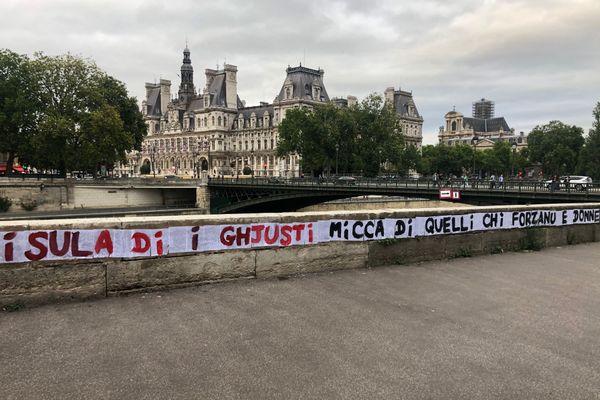 À quelques heures de la manifestation #IwasCorsica organisée à Ajaccio, des messages de soutien, en langue corse, sont apparus dans les rues de Paris.