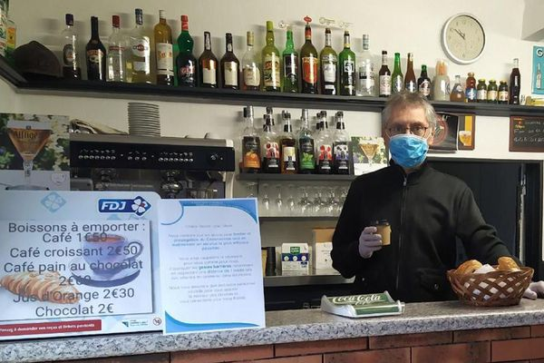 Mercredi 13 mai, pas moins de trente clients ont répondu à son appel. Depuis lundi, jour du déconfinement, Jean-français Guillot a rouvert son bar Le Caravelle à Montluçon pour proposer des cafés…à emporter !