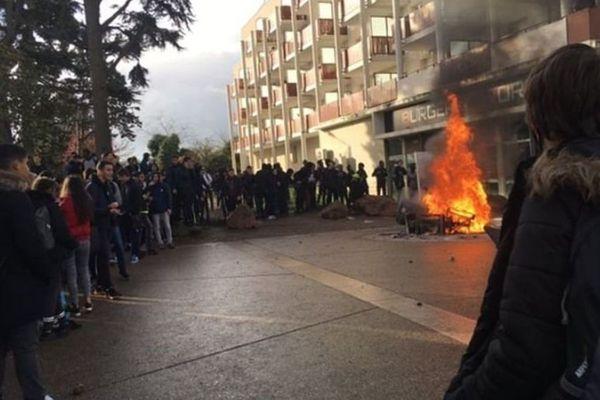 Les lycéens qui manifestent devant le lycée Condorcet, à Saint-Priest (Métropole de Lyon). Des incidents ont eu lieu avec les forces de l'ordre.