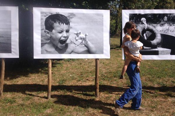 Au Barrobjectif, lundi 16 septembre 2019, un mère et son enfant déambulent devant l'exposition des photographies de Patrick Mesner, invité d'honneur du festival en 2007.
