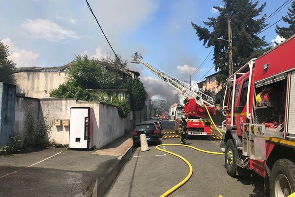 Un violent incendie a frappé ce vendredi 9 juillet 2021 une carrosserie à Villefranche-sur-Saône dans le Rhône.