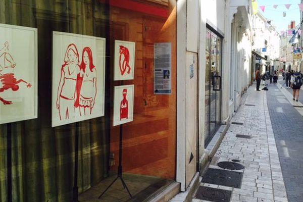 A Châtellerault, les vitrines des commerces fermés deviennent galeries d'art.