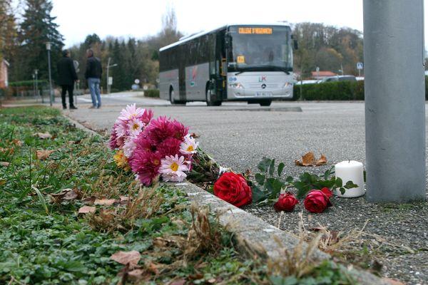 Fleurs et bougies devant le collège des Trois Pays à Hégenheim