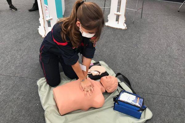 L'atelier de massage cardiaque parmi les animation proposées par les sapeurs-pompiers du Bas-Rhin à la foire européenne de Strasbourg ce samedi 11 septembre.