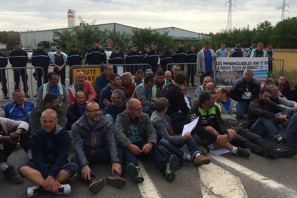 Les GM&S devant l'une des entrées du site PSA de Sept-Fons dans l'Allier.